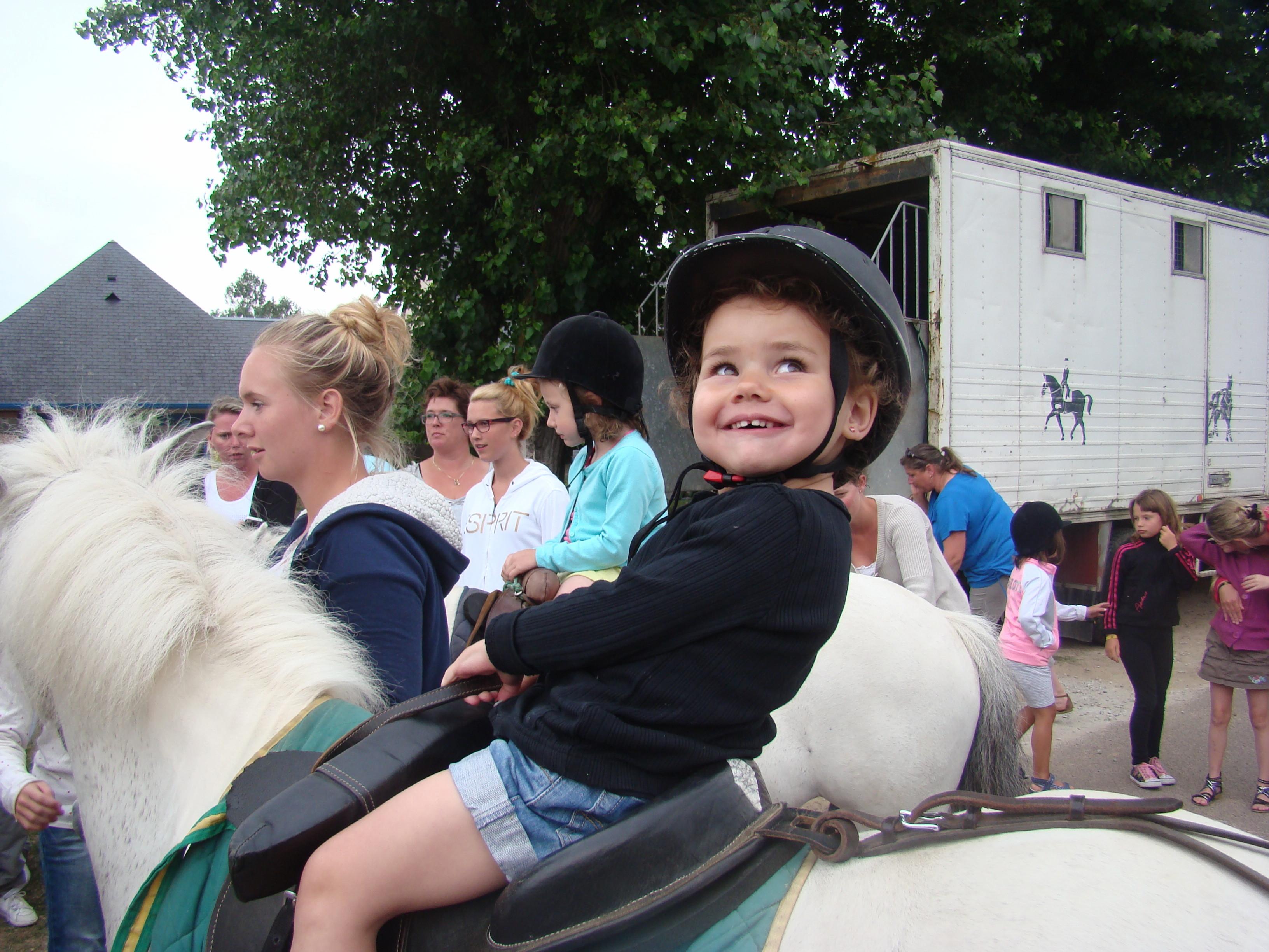 Enfant qui fait du poney