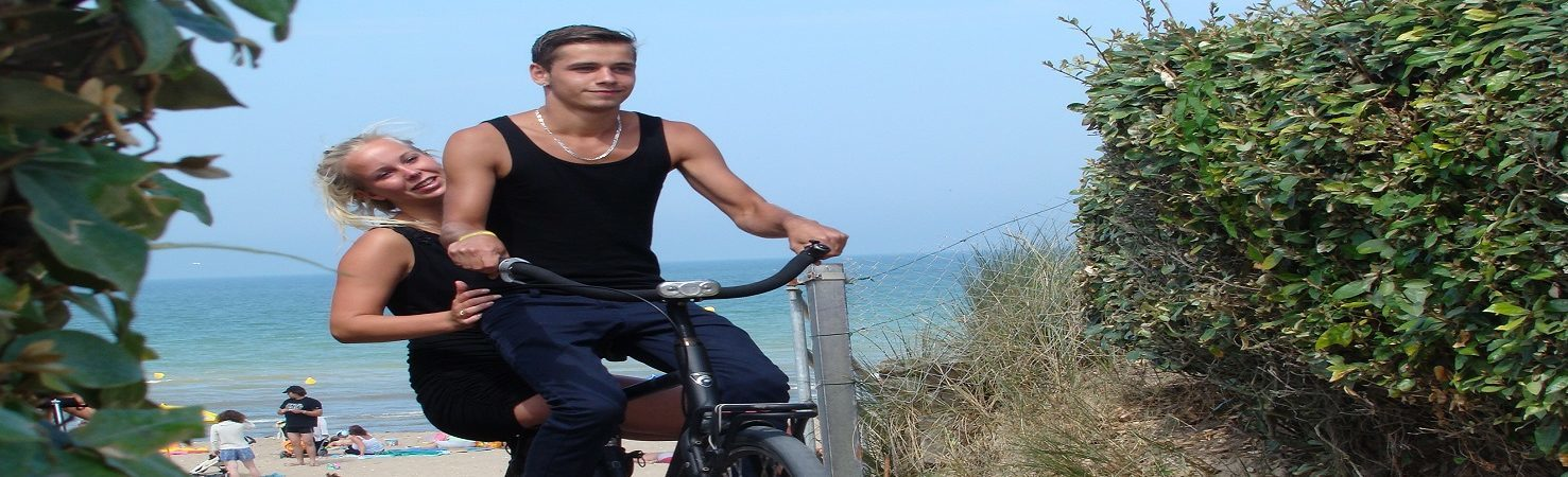 couple vélo en vacances camping avec piscine en bord de mer le point du jour promotion camping