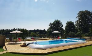 piscine chauffée avec vue sur le lac Aquarev