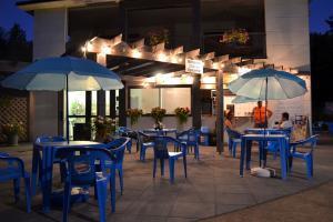 Camping avec bar à manger en terrasse