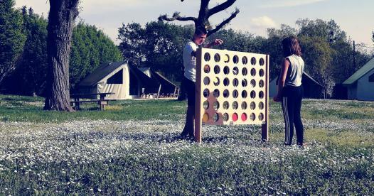 Grand jeux en bois, enfants en camping