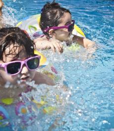 enfants dans camping avec piscine chauffée et couverte en bord de mer à Ouistreham en Normandie