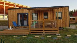 cottage en bois avec terrasse