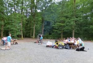 Camping et barbecue sur l'aire de pique-nique